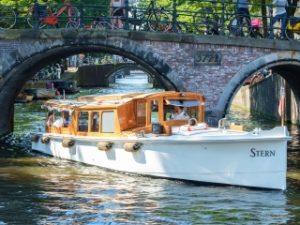 Stern Private Grachtenfahrt Traditionelles Salonboot